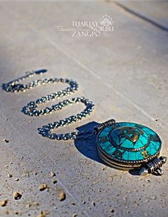 Tibeti gao nyitható medál türkiz csiszolással szanszkrit OM karakterrel és mantrával díszítve orvosi fém  [ nemesacél ]nyaklánccal https://www.tibetan-shop-tharjay-norbu-zangpo.hu/ekszer_60/gao_59/tibeti-gao-nyithato-medal-turkiz-csiszolassal-szanszkrit-om-karakterrel-es-mantraval-diszitve-orvosi-fem-nyaklanccal 1 munkanap alatt szállítunk Örömgaranciával