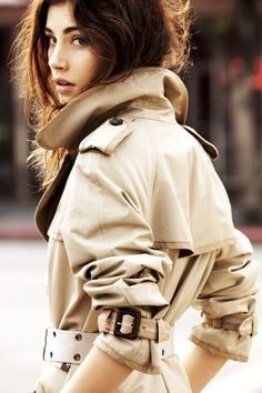 Classic Burberry Trench, photo by Ben Watts. I LOVE trench coats. Fashion Mode, Look Fashion, Winter Fashion, Womens Fashion, Petite Fashion, Curvy Fashion, Trench Coat Outfit, Burberry Trench Coat, Mode Style