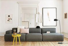 Ce canapé a une cadre en bois, mousse et tissus Kvadrat : remix, steelcut trio…