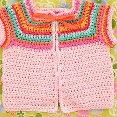 Een vestje voor Lotte! Ik haakte dit moppie van een patroon @wolplein, ik haakte echter met een fijner katoentje zodat het een baby-maatje zou worden. Leuk patroon, zo klaar en een meisje dat eruit ziet als een snoepje! #baby #crochetersofinstagram #crochetlove #crochet #color #cottonyarn #haken #wolplein #hekle #häkeln #virka