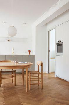 La cuisine scandinave & minimaliste de Camilla Bækvad - Frenchy Fancy Modern Kitchen Cabinets, Kitchen Cabinet Design, Parquet Chevrons, Scandinavian Design, Interior Architecture, Decoration, Table, Furniture, Camilla