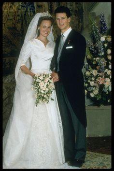Prince Aloïs of Liechtenstein marries Princess Sophie, 1993 Royal Wedding Gowns, Modest Wedding Gowns, Princess Wedding Dresses, Royal Weddings, Wedding Bride, Elegant Bride, Beautiful Bride, Elegant Wedding, Wedding Trends