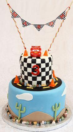 Gâteau 7 pouces au chocolat et 4 pouces à la vanille. Décoré sous le thème des bagnoles (Cars) - 75$ +auto