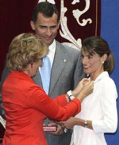Doña Letizia en el momento de recibir la Medalla de Oro de la Comunidad de Madrid de manos de Esperanza Aguirre. FOTO: EFE.