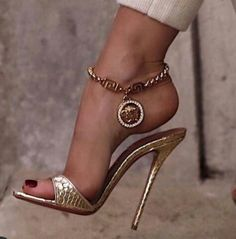 how to style heeled mules Gold High Heels, High Heels Stilettos, Stiletto Heels, Thigh High Sandals, Low Heel Sandals, Looks Country, Talons Sexy, Beautiful High Heels, Hot Heels