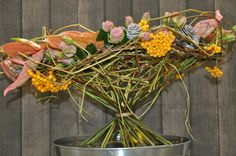 A big Christmas trend: Connected by Nature. Natural colours and lots of structure bouquets. Try mixing a least 2 varieties of #Anthurium. See what Sören van Laer created... a surprising design bouquet.