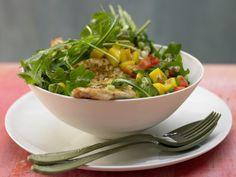 Rucola-Mango-Salat - mit gebratenem Hähnchenbrustfilet - smarter - Kalorien: 604 Kcal - Zeit: 40 Min. | eatsmarter.de Durch die Mango bekommt dieses leckere Gericht eine exotische Note.