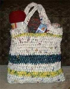 Crochet shopping bag made from plastic bags - what a great idea!!!  I no doubt have enough bags to make one..it's the time to do it that I don't have! ;-)