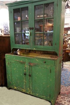 Early American kitchen cupboard in old green paint Primitive Furniture, Antique Furniture, Bedroom Furniture, Kitchen Furniture, Vintage Farmhouse, Vintage Kitchen, How To Clean Furniture, Furniture Cleaning, Furniture Movers