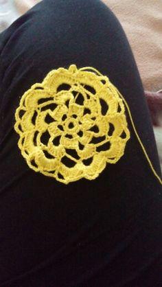 Decorazione per borse o maglie uncinetto giallo