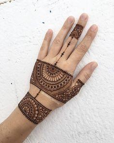 А чего сидите? Участвуйте в розыгрыше под предыдущей картинкой А это так сказать простенькая проба пера))) самый первый замес офигенной хны от @om_henna_om ✨досталась мне от доброй предоброй @oks_henna что сказать - а нет словнепривычно светлый карамельный цвет готовой пасты, непривычно плавная, мягкая и тягучая консистенция с первого раза, непривычно идеально гладкие точки..... мне понравилось всёоооо.... Теперь я выжидаю цвет this is my first self made high quality henna pas...