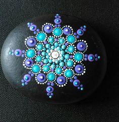 Lila und Türkis handbemalter Mandala Stein bedeckt mit 2 Schichten Mattlack