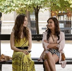 Netflix's 'Emily In Paris': Release Date, Cast, & All Else We Know Paris Outfits, Fashion Outfits, Lily Collins Style, Preppy Style, My Style, Image Blog, Oui Oui, Paris Fashion, Style Guides