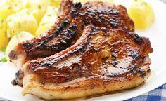 Faça uma receita de bisteca de porco assada na manteiga com alho, fica de de dar água na boca. O segredo para essa receita ficar ainda mais saborosa é deixar a bisteca temperada com limão descansando durante 30 minutos, esse procedimento é indicado para deixar a carne macia e sucule