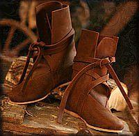 Echte Mittelalter-Stiefel statt Turnschuhe zum Kostüm: Wir haben eine Auswahl historischer Schuhe, Bundschuhe, Stulpenstiefel, Holzschuhe und Schnabelschuhe für jeden Geldbeutel!