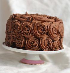 Bakeprosjektets beste sjokoladeglasur Print recipe Print with main photo Print text only Ingredienser 250g meierismør (romtemperert) 750g melis 3ss kakao 150g kokesjokolade (lys eller mørk, grovhakket) 2ts vaniljesukker 1dl sterk kaffe Framgangsmåte Steg 1 Hell kaffe og sjokolade i en skål. Varm dette i micro til sjokoladen er helt smeltet. Bruk micro'en på halv effekt. Kun 30 sekunder av gangen, rør godt mellom hver gang. Avkjøl til romtemperatur. Visp smøret hvitt og luftig med halvpart... Photo Print, Snacks, Frosting, Nom Nom, Food And Drink, Sweets, Sugar, Cookies, Baking