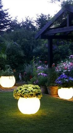 These garden pots light up the evening yard