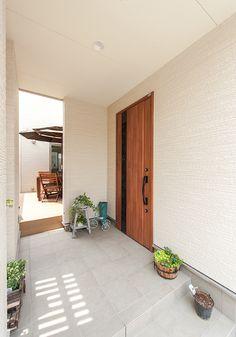 入り込んだアプローチは雨天時などの使い勝手がよく、このお住まいのポイントであるウッドデッキにも直接繋がります Scandinavian Doors, Interior Architecture, Interior Design, House Made, House 2, Cute House, House Entrance, Japanese House, Modern House Design