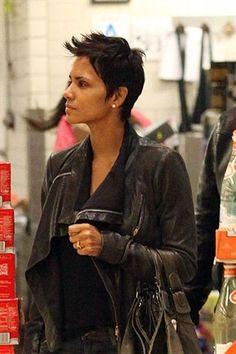Halle Berry in un centro commerciale di Los Angeles: l'attrice mostra un anello di fidanzamento(SplashNews)