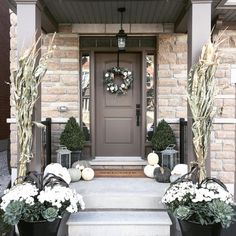 25 Autumn Front Porch Decoration for Your Inspiration Front porch design may also benefit from themed decor based autumn. you must to make sure that your home looks its best in your front porch. Farmhouse Front Porches, Small Front Porches, Front Porch Design, Rustic Farmhouse, Fall Home Decor, Autumn Home, Veranda Design, White Porch, White Mums
