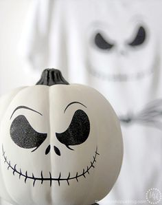 Make a DIY Jack Skellington shirt or decorated pumpkin using HTV and adhesive vinyl! Make a DIY Jack Skellington shirt or decorated pumpkin using HTV and adhesive vinyl! Make a DIY Jack Skellington shirt o Jack Skellington Kürbis, Halloween Ghost Decorations, Hallowen Ideas, Fete Halloween, Halloween Crafts, Disney Halloween, Halloween Labels, Halloween, Party
