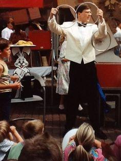 Goochelaar Aarnoud Agricola vertoont de goocheltruc met de ringen op een braderie in Houten in het begin van de jaren negentig.