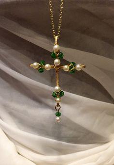 - Cross + of + crystal + Pearl + and + Emerald-wire + by + DivineCrossings - Star Jewelry, Cross Jewelry, Jewelry Crafts, Jewelry Art, Beaded Jewelry, Custom Jewelry, Handmade Jewelry, Wire Jewelry Designs, Bijoux Fil Aluminium
