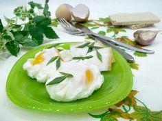 Яйца-пашот — яйца, сваренные особым образом, т.е. без скорлупы, при этом белок должен стать твердым, а желток остаться жидким и тягучим. Это сложная технология варки, которой владеет не каждая хозяйка, поэтому для многих это угощение продолжает оставаться ресторанным. Однако иногда хочется полакомиться таким аристократическим блюдом или использовать его в качестве элемента для салата. Чтобы облегчить процесс готовки мудрые повара придумали варить пашот в пакете. Это что-то среднее между…
