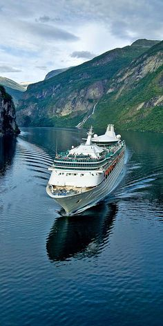Spice Up the Holidays With a Cruise Vacation – Travel By Cruise Ship Royal Caribbean International, Royal Caribbean Cruise, Cruise Ship Pictures, Places To Travel, Places To Go, Best Cruise Ships, Abed Mahfouz, Beaches In The World, Luxury Yachts