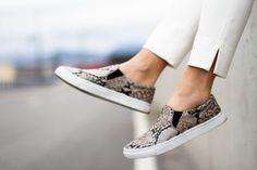 """Le slipper o slip on sono state inventate da Vans nel 1974. Da allora, sono tra le calzature preferiste di surfisti e skater """"di casa"""" a Venice Beach."""