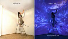 Es scheint als würde diese Frau die Wände weiß streichen. Aber wenn sie das Licht ausschaltet… WOW!