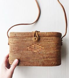 Shop the basket bag trend that fashion girls have fallen completely in love with at a variety of price points. : Shop the basket bag trend that fashion girls have fallen completely in love with at a variety of price points. Look Fashion, Fashion Bags, Bali Fashion, Ethnic Fashion, Fashion Outfits, Sacs Design, Basket Bag, Sisal, Shopping Bag