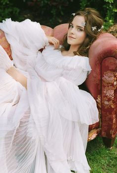 Here is a gallery from a Bravo Magazine photo-shoot. Emma Watson looks great in these pics. Soon she'll start her promotional tour for Harry Potter and the Half-Blood Prince so get ready for … Emma Watson Bela, Emma Watson Linda, Emma Watson Daily, Emma Watson Style, Emma Watson Beautiful, Emma Watson Dress, Emma Watson Cute, Photo Emma Watson, Hermione
