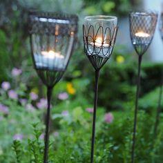 Filigrane Zierde für Garten und die Terrasse. Mit Teelichtern bestückt als romantische Wegbeleuchtung, zur Dekoration oder einfach nur so. Unsere Gartensteckeisen mit handgefertigtem Drahtkorpus und gläsernem Teelichthalter schmücken den Garten, Gartenwege und größere Blumenkübel. [7,80€]