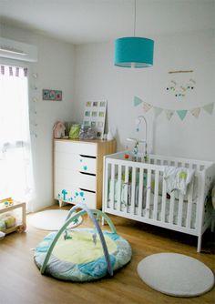 Habitación infantil en blanco y turquesa.