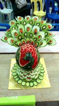 Watermelon Peacock Edible Arrangements, Watermelon Basket, Carved Watermelon, Watermelon Carving, Watermelon Art, Watermelon Designs, Fruit Carvings, Pavo Real, Garnishing