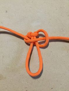 A paracord zipper pull is a wonderful project because it uses up the scrap paracord you might have left over from a bigger project. Paracord Zipper Pull, Zipper Repair, Zipper Pulls, Girl Scouts, Wild Wolf, Macrame, Knots, Crafts, Key Hangers