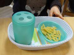 Le transvasement est une activité spontanée du jeune enfant. On l'observe notamment lors du repas. Que ce soit avec les doigts ou la cuillè...