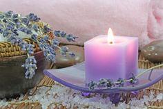 Maak een sojakaars met lavendelolie voor een onstpannen atmosfeer. Ook fijn voor een romantische avond.