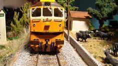 """Locomotora diesel 319 RENFE """"Retales"""" con librea """"Estrella"""". Escala H0."""