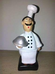 Cozinheiro em gesso, pintado á mão. Modelo exclusivo, pode ser personalizado na base ou no avental. Dimensões: Altura - 19 cm Largura 9 cm