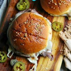 Roast Beef Sliders - Sandra's Easy Cooking Sandwich Recipes Roast Beef Sliders are fantastic sandwiches. Simply because my family really love sandwiches. Roast Beef Sliders, Sliced Roast Beef, Baked Sandwiches, Sandwich Recipes, Healthy Family Meals, Healthy Snacks, Slider Buns, Slider Recipes, Cooking Ingredients