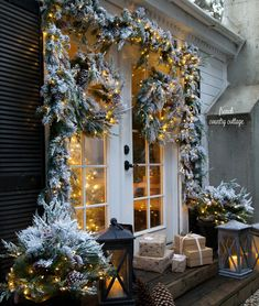 Merry & bright Christmas outdoors – The Best DIY Outdoor Christmas Decor Diy Christmas Lights, Christmas Porch, Noel Christmas, Outdoor Christmas Decorations, White Christmas, Cottage Christmas, French Christmas, Exterior Christmas Lights, Christmas Ornaments