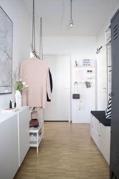 Der Flur ist in einer Wohnung meist der Raum, dem als letztes Beachtung bei der Einrichtung geschenkt wird. Beim Betreten der Wohnung wird er jedoch zuallererst wahrgenommen. Heute zeige ich euch, wie man einen schmalen Flur perfekt einrichtet.