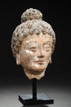 "KOPF DES BUDDHA - Stukko. Gandhara, ca. 2. bis 3. Jh. - Sehr seltenes Stück, das[...], mis en vente lors de la vente ""Art d'Asie"" à Galerie Zacke | Auction.fr"