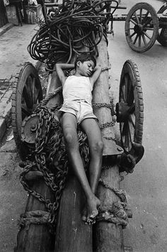 """arabamolsamontgiymezdim: """"A child laborer taking a nap. 1989 photographer by Raghu Rai """" Modern Photography, Street Photography, Pedro Martinelli, Labor Photos, Fotojournalismus, Ugly Faces, Rare Pictures, Great Photographers, Take A Nap"""