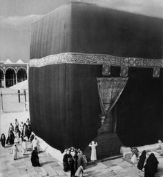 Photos and videos of Makkah & Medina. The beginnings of Mecca is attributed to Ishmael's descendants. The Old Testament chapter Psalm and a mention of a pilgrimage at the Valley of Baca, Old Images, Old Photos, Moslem, Masjid Al Haram, Rare Historical Photos, Beautiful Mosques, Les Religions, Mekkah, Islamic Architecture
