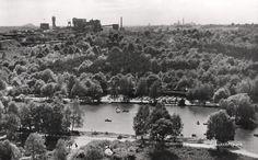 Het Schutterspark met roeivijver en kabelbaan. In de verte de mijnen Hendrik en Emma. Foto uit de eind 50er jaren. Bij de Stm.Hendrik is men bezig met de bouw van schacht 4
