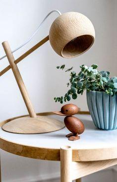Nordisk med farver: Her er alt valgt med hjertet – Boligliv – ALT. Lathe Projects, Wood Turning Projects, Wooden Projects, Wood Crafts, Lamp Design, Wood Design, Diy Design, Coconut Shell Crafts, Diy Nightstand