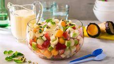 Jordbær, melon og banan er perfekte sammen og fremhever hverandres sødme. Legg til litt grønt eple for friskhet, pistasj for knas og mynte for det lille eks...